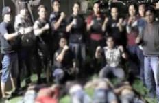 Pose dengan Lima Mayat Begal, Polisi Dikecam - JPNN.com