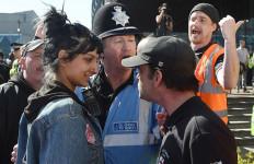 Tersenyum di Depan Kebencian, Aksi Gadis Ini Jadi Viral - JPNN.com