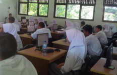 Ujian Nasional SMA Hari Pertama Berjalan Lancar - JPNN.com