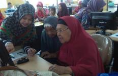 Tuh Lihat, Serunya Nenek-Nenek Belajar Komputer - JPNN.com
