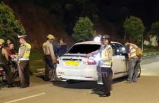 Razia, Pejabat Ini Kebingungan, Eh… Polisi Temukan Miras dan Wanita - JPNN.com