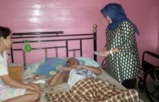 Momen Mengharukan saat Istri Bupati Jenguk Mantan Guru - JPNN.com