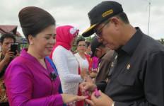 Ha ha, Pak Bupati Mendandani Istrinya - JPNN.com
