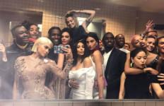 Kanye Ngambek, Kylie Jenner dan Bella Hadid Nongkrong di Kamar Mandi - JPNN.com