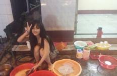Duh Cantiknya Gadis yang Lagi Cuci Piring Ini... - JPNN.com