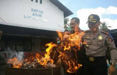Lihatlah, Pak Kapolres Tertawa saat Bakar Obat Kuat Wanita - JPNN.com