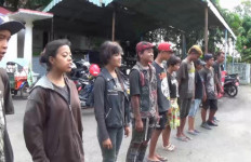 Anak Punk Jalanan Dihukum Nyanyi Indonesia Raya - JPNN.com