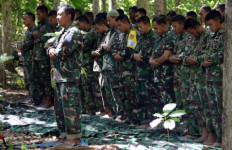 Salat Jumat di Hutan, Prajurit TNI Kebanjiran Doa dari Netizens - JPNN.com