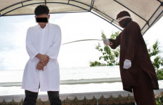 Hari Ini Pasangan Gay Dihukum Cambuk 85 Kali - JPNN.com