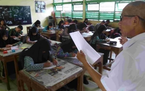 Ada Dana BOS, Gaji Guru Honorer Bisa Rp 2,8 Juta per Bulan - JPNN.com