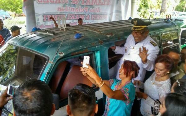 Usai Dilantik, Bupati-Wabup Lembata Naik Angkot - JPNN.com