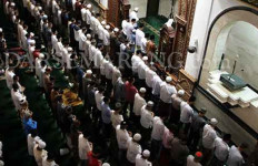 Diguyur Hujan Deras, Tak Halangi Warga Salat Tarawih di Masjid - JPNN.com