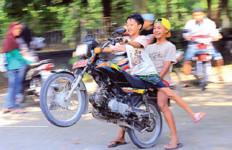 Bocah Asyik Freestyle dengan Kendaraan Pelat Merah - JPNN.com