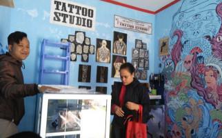 Irwan, Mahasiswa Ganteng Nyambi Bikin Tato, Omzetnya? Hitung Sendiri - JPNN.com