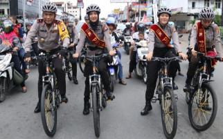 Bersama Polwan Cantik, Sang Jenderal Kayuh Sepeda Pantau Situasi Arus Balik - JPNN.com