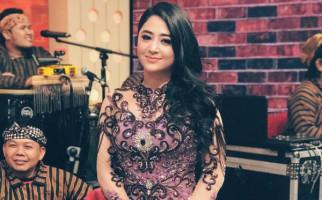 Promosikan Film Rafathar, Dewi Perssik Kok Malah Ngamuk? - JPNN.com