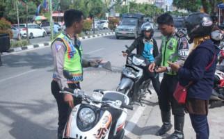 Polisi Cegat Pengendara yang Merokok di Jalan, Dikasih Nasi Bungkus - JPNN.com