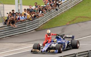 Sebastian Vettel Numpang Mobil Lawan ke Pitlane GP Malaysia - JPNN.com