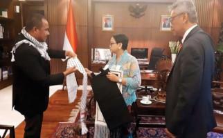 Ada Cerita Ribuan Janda di Balik Syal di Leher Retno Marsudi - JPNN.com