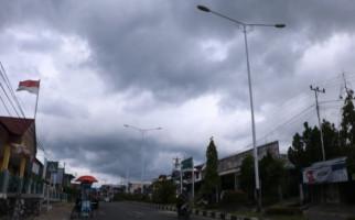 Ritual Pawang Hujan: Tancapkan Keris di Tanah, Awan Menyingkir Perlahan - JPNN.com