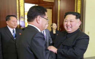 Senyum Palsu Kim Jong-un di Depan Delegasi Korsel - JPNN.com