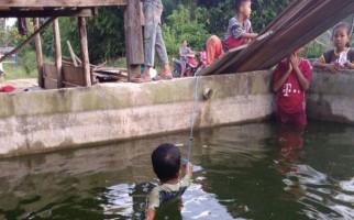 Tepergok Mencuri, Bocah 10 Tahun Ini Diikat di Tengah Kolam - JPNN.com
