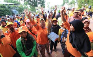 Demo Tuntut THR, Satgas Persampahan Geruduk Pemko Batam - JPNN.com