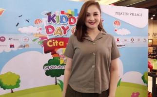 Mona Ratuliu Memberi Hadiah Bulan Madu Kepada Kesha Ratuliu, Alasannya Mengharukan - JPNN.com