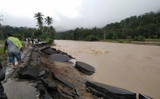 Madina Dilanda Banjir dan Longsor, Jalinsum Putus Total - JPNN.com