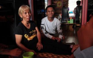 Kangen Terus, Pemuda 24 Tahun Menikahi Nenek 10 Cucu - JPNN.com
