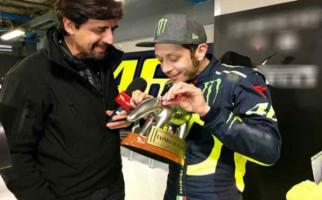 Boncos di MotoGP 2018, Rossi Santai Terima Trofi Pecundang - JPNN.com