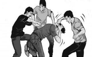 Pelajar Bersimbah Darah Dikeroyok dan Ditikam Teman Sekolah - JPNN.com