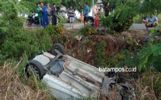 Sopir Ngantuk, Sedan Nyemplung ke Parit Batuaji - JPNN.com