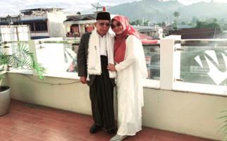 So Sweet, Momen Romantis Kiai Ma'ruf dan Bu Nyai di Balkon Hotel - JPNN.com