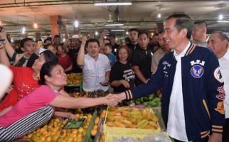 Blusukan ke Pasar Petisah, Jokowi Beli Teri Medan, Harganya? - JPNN.com