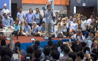 Rocky Gerung dan Erwin Aksa Disambut Meriah, Salam Dua Jari - JPNN.com