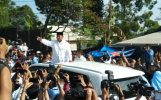 Usai Mencoblos, Prabowo Sapa Warga Hambalang dari Sunroof Lexus LX570 - JPNN.com