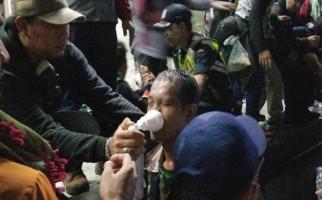 Puluhan Pengunjukrasa Terpaksa Dibopong ke Belakang Gedung Sarinah - JPNN.com