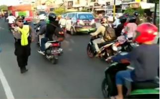 Viral Video Polisi Atur Lalin Sambil Joget, Pengamat: Kesannya Lebay - JPNN.com