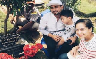 Raffi Ahmad Ziarah ke Makam Olga Syahputra, Begini Komentar Netizen - JPNN.com
