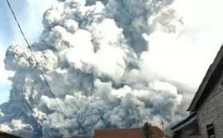 Gunung Sinabung Erupsi, Masyarakat Diminta Tetap Waspada - JPNN.com