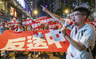 Warga Hong Kong Ancam Rush Bank Tiongkok - JPNN.com