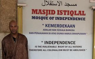 Sebelum Manggung, Tom Morello Pose di Masjid Istiqlal - JPNN.com