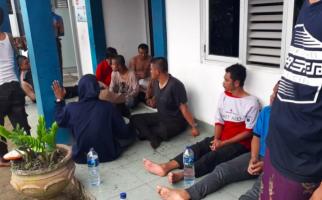 Kapal Terbalik Dihantam Ombak Besar, Puluhan Siswa Terlempar ke Laut - JPNN.com