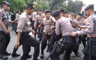 Massa Tolak Firli Bahuri Ketua KPK Terlibat Bentrok dengan Polisi - JPNN.com