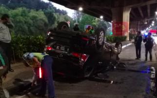 Mobil Terguling di Pintu Keluar Tol, Begini Nasib Badman - JPNN.com