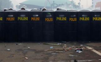Azan Isya, Demo Berhenti Sejenak, Polisi Tahan Gas Air Mata, Lalu Dentuman itu Muncul Lagi - JPNN.com