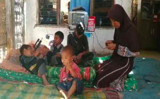 Janda dengan Delapan Anak Hidup Miskin Merana di Gubuk Reot - JPNN.com