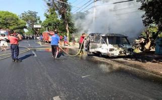 TRAGIS! Mobil Angkot Dalam Kota Ludes Terbakar, Pak Sopir Bilang Begini - JPNN.com