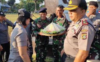 HUT TNI, Lanal Denpasar Dapat Kejutan dari Kapolsek - JPNN.com